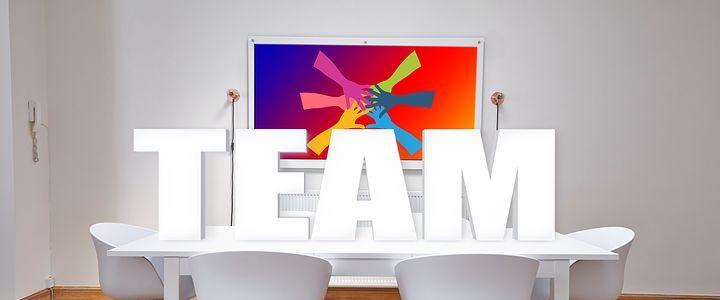 un bureau avec un esprit team